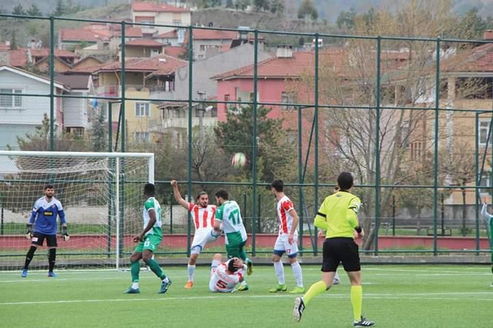 Sungurlu Belediyespor sezonun son maçında Ünye 1957spor'u genç yıldızı Taha'nın attığı üç golle 3-1 yenerek ligi üç puanla bitirdi ve baraj maçı öncesinde moral depoladı. | Sungurlu Haber