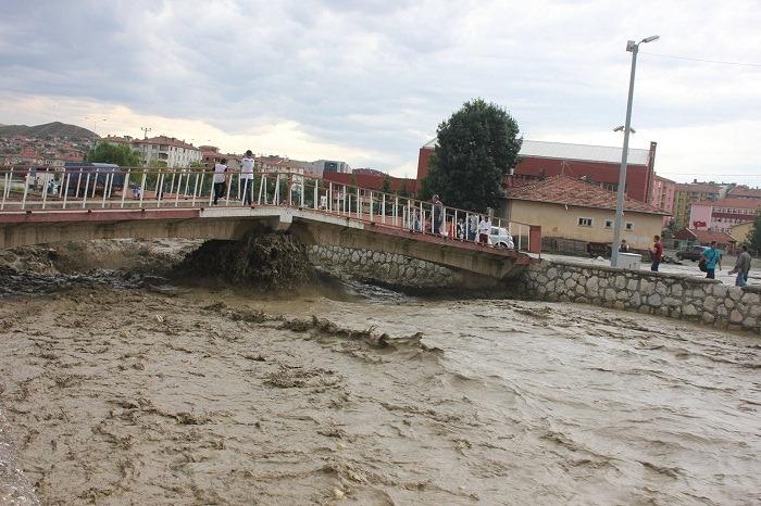 Sungurlu'da olası sel felaketlerine davetiye çıkartan Budaközü ve Di çayı dereleri 6 yıldır ıslah edilmeyi bekliyor. Sungurlu'da yıllardan beri el vurulmayan Di çayı ve Budaközü çaylarında 2013 yılının Ocak ayında Ankara'dan Sungurlu'ya gelen DSİ 5. Bölge Müdürlüğü ekipleri ıslah çalışması için düğmeye basmıştı. 6 yıl geçmesine rağmen bir türlü yatırım programına alınmayan dere ıslahı halen çözüm bekliyor. | Sungurlu Haber