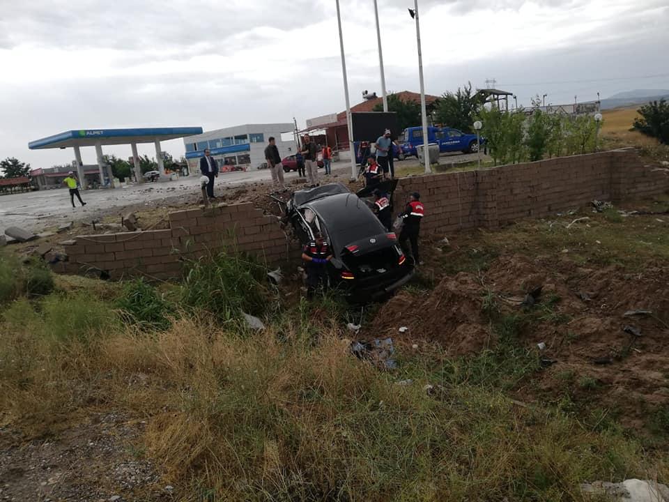 Yağışlı havada direksiyon hakimiyetini kaybeden sürücü önce tarlaya giri, daha sonra bir akaryakıt istasyonun duvarına çarparak takla attı. | Sungurlu Haber