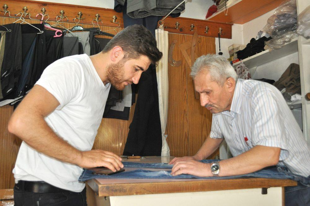 Bir zamanlar siparişlere yetişemeyen terziler, artık işsizlikten yakınıyor. Sungurlu'da sipariş üzerine pantolon ve takım elbise diken terziler 40-45 yıldır terzilik yaptıklarını söylüyorlar. | Sungurlu Haber