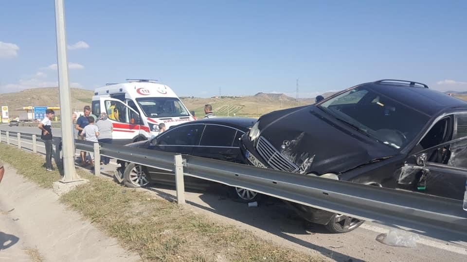Sungurlu-Kırıkkale karayolunda iki otomobilin çarpışması sonucu 3'ü hafif toplam 4 kişi yaralandı. | Sungurlu Haber