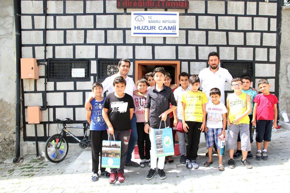 Sungurlu Belediyesi, yaz aylarında çocuklar için açılan yaz Kur'an kurslarına katılan öğrencilere meyve suyu ve çikolata ikram etti. | Sungurlu Haber