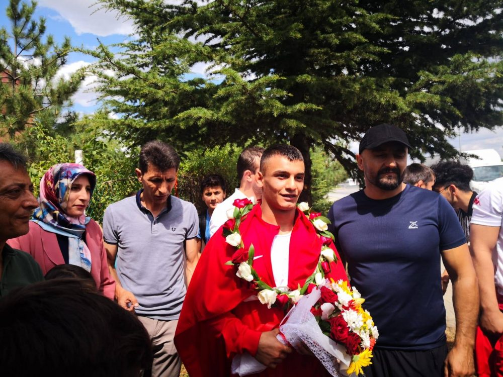Yıldızlar Grekoromen Güreş Şampiyonasında Dünya 2.'si olan gururumuz Milli Güreşçi Mert İlbars memleketi Sungurlu'da coşkuyla karşılandı. | Sungurlu Haber
