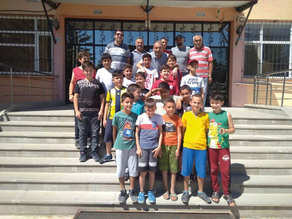 Geçtiğimiz günlerde Bulgaristan'ın başkenti Sofya'da yapılan Grekoromen Dünya Şampiyonasında 60. kilogramda Dünya 2.'si olan Sungurlu Mesleki ve Teknik Anadolu Lisesi 12. Sınıf öğrencisi Mert İlbars okulunda düzenlenen törenle ödüllendirildi. | Sungurlu Haber