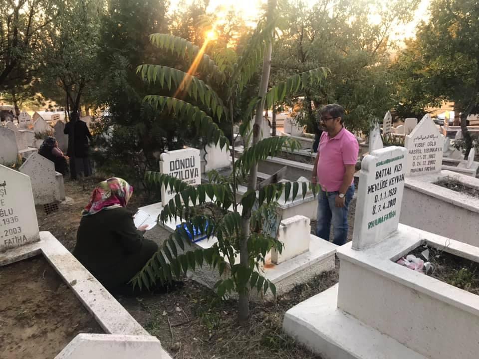 Sungurlu'da her bayram öncesi olduğu gibi Kurban Bayramı arifesinde de mezarlıklar, ziyaretçilerle doldu taştı. Sungurlu Belediyesi tarafından her dini bayram öncesi olduğu gibi yine Arife günü mezarlıklarda Kuran-ı Kerim okutuldu. | Sungurlu Haber