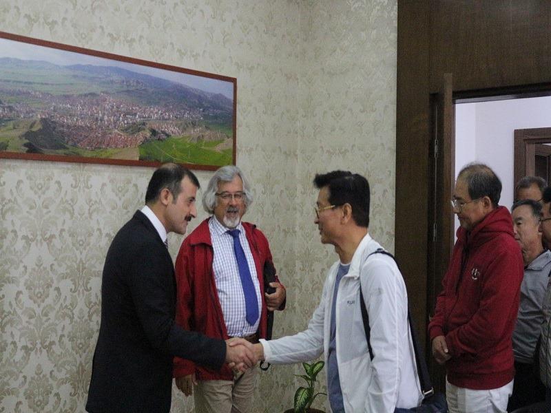 Korea Üniversitesi Rektörü Jaeho Yeom, beraberindeki heyetle Sungurlu Kaymakamı Mitat Gözen'i makamında ziyaret etti.   Sungurlu Haber