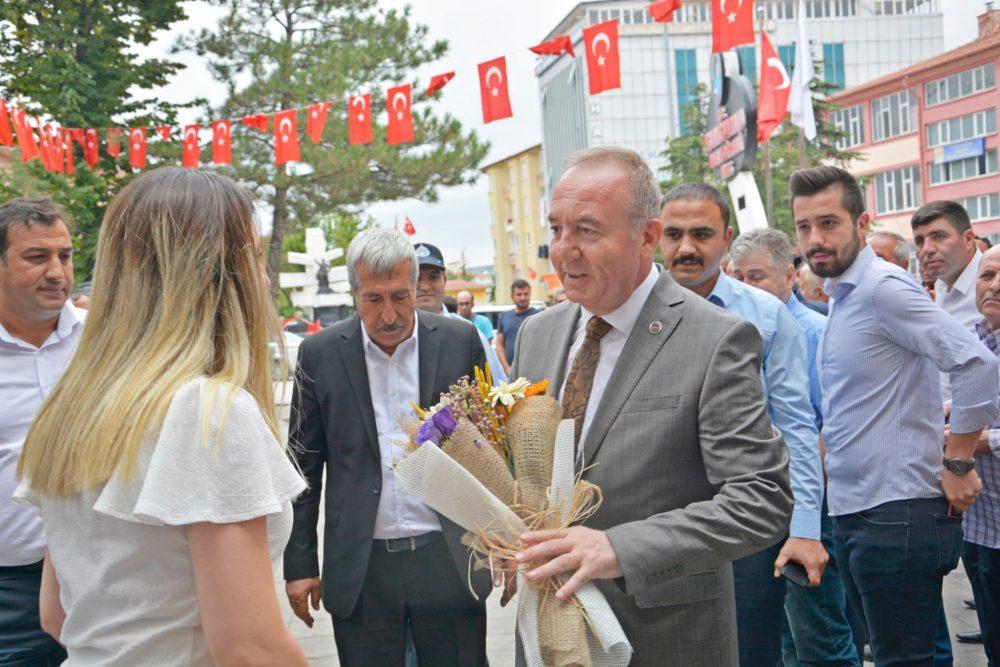 Geçirdiği by-pass ameliyatı sonrası evinde istirahat eden ve tekrar sağlığına kavuşan Sungurlu Belediye Başkanı Abdulkadir Şahiner, bugün belediyeye giderek görevine başladı. | Sungurlu Haber