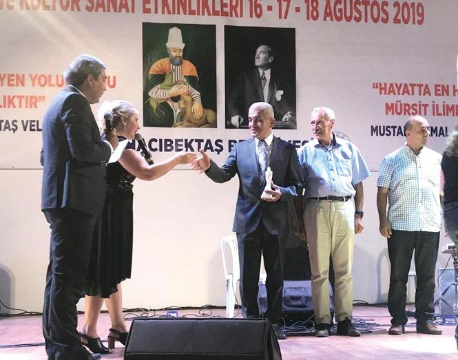 55. Ulusal 29. Uluslararası Hacı Bektaşi Veli anma törenleri ve kültür sanat etkinliği kapsamında düzenlenen uluslararası kardeşlik ve barış konulu şiir yarışmasında birinci olan Sungurlulu hemşehrimiz Ozan Mehmet Ali Eröksüz ödülünü aldı. | Sungurlu Haber