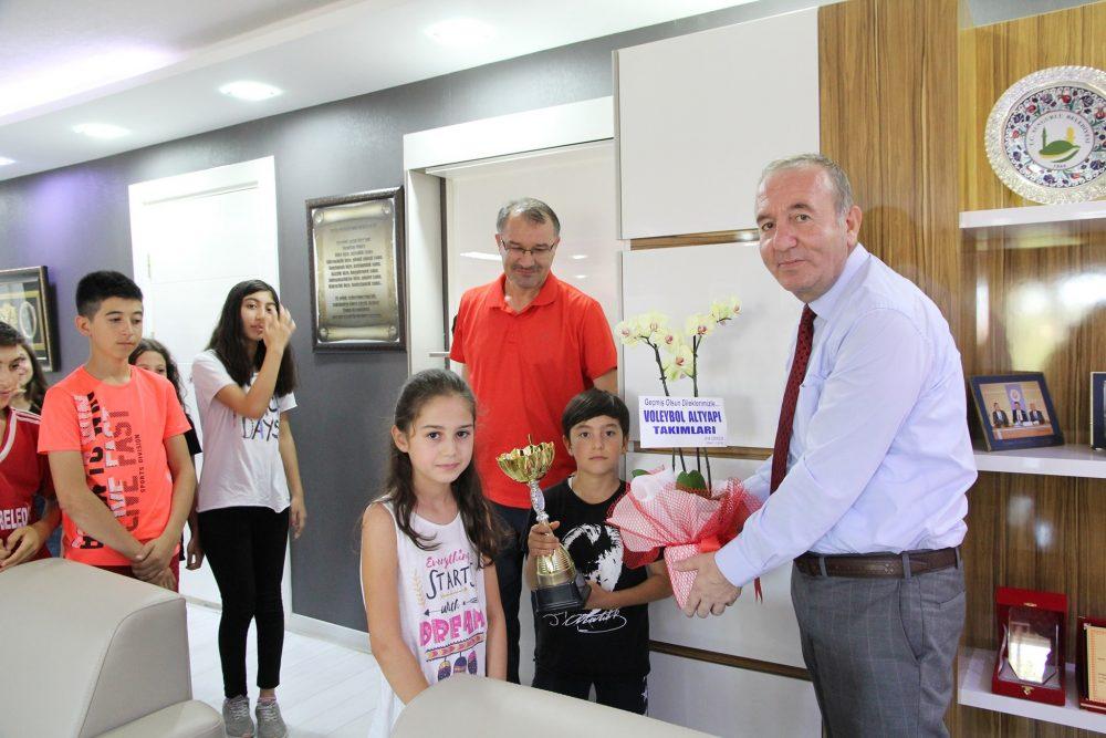 Sungurlu Belediyespor Voleybol alt yapı takımı sporcuları, Belediye Başkanı Abdulkadir Şahiner'i makamında ziyaret etti. | Sungurlu Haber