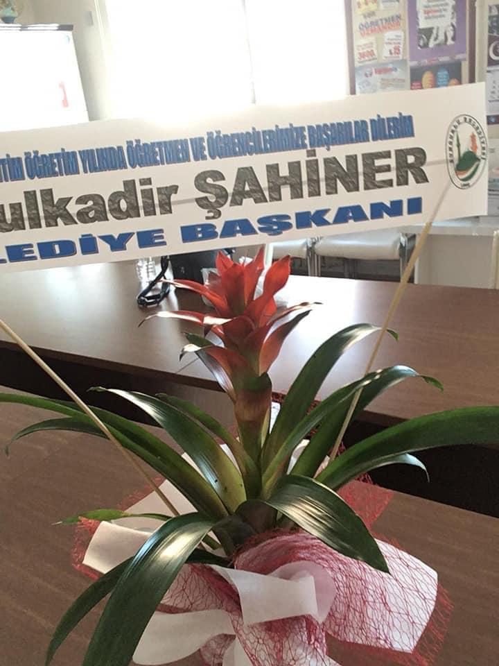 Sungurlu Belediye Başkanı Abdulkadir Şahiner, İlçe Milli Eğitim Müdürlüğüne ve ilçemizdeki okullara çiçek göndererek yeni eğitim-öğretim yılını kutladı. | Sungurlu Haber